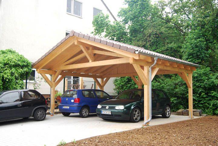 Das Spitzdach lässt ihren neuen Carport wie ein separates Gebäude - construire son garage en bois