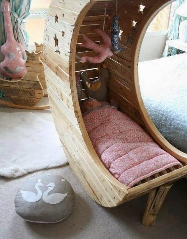 Meuble en palettes et d coration en 35 id es diy cr atives berceau b b meuble en palette et - Lit bebe palette ...