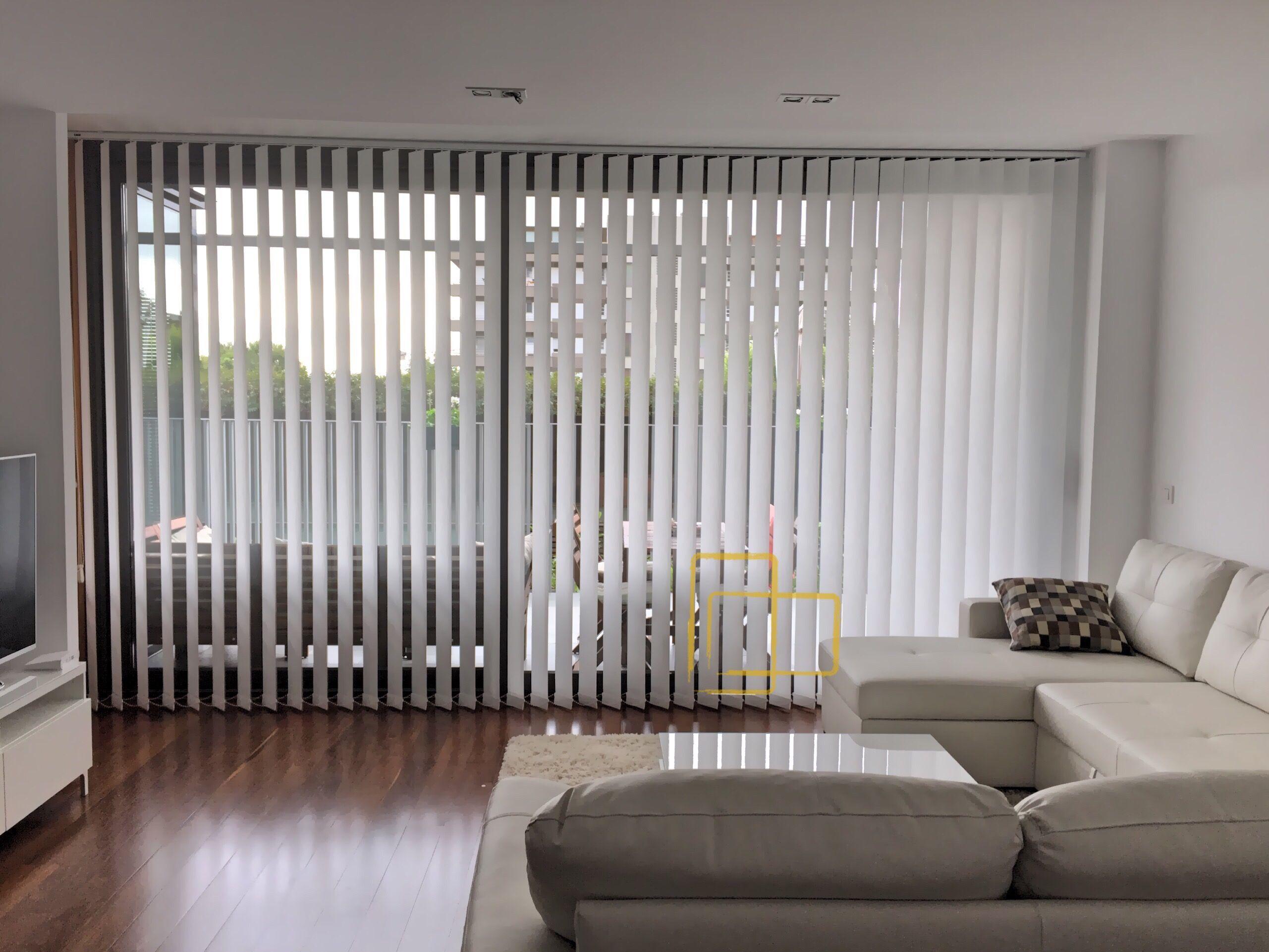 Regula la luz con nuestras cortinas verticales solart cortinas verticales cortinas solart - Cortina con estor ...