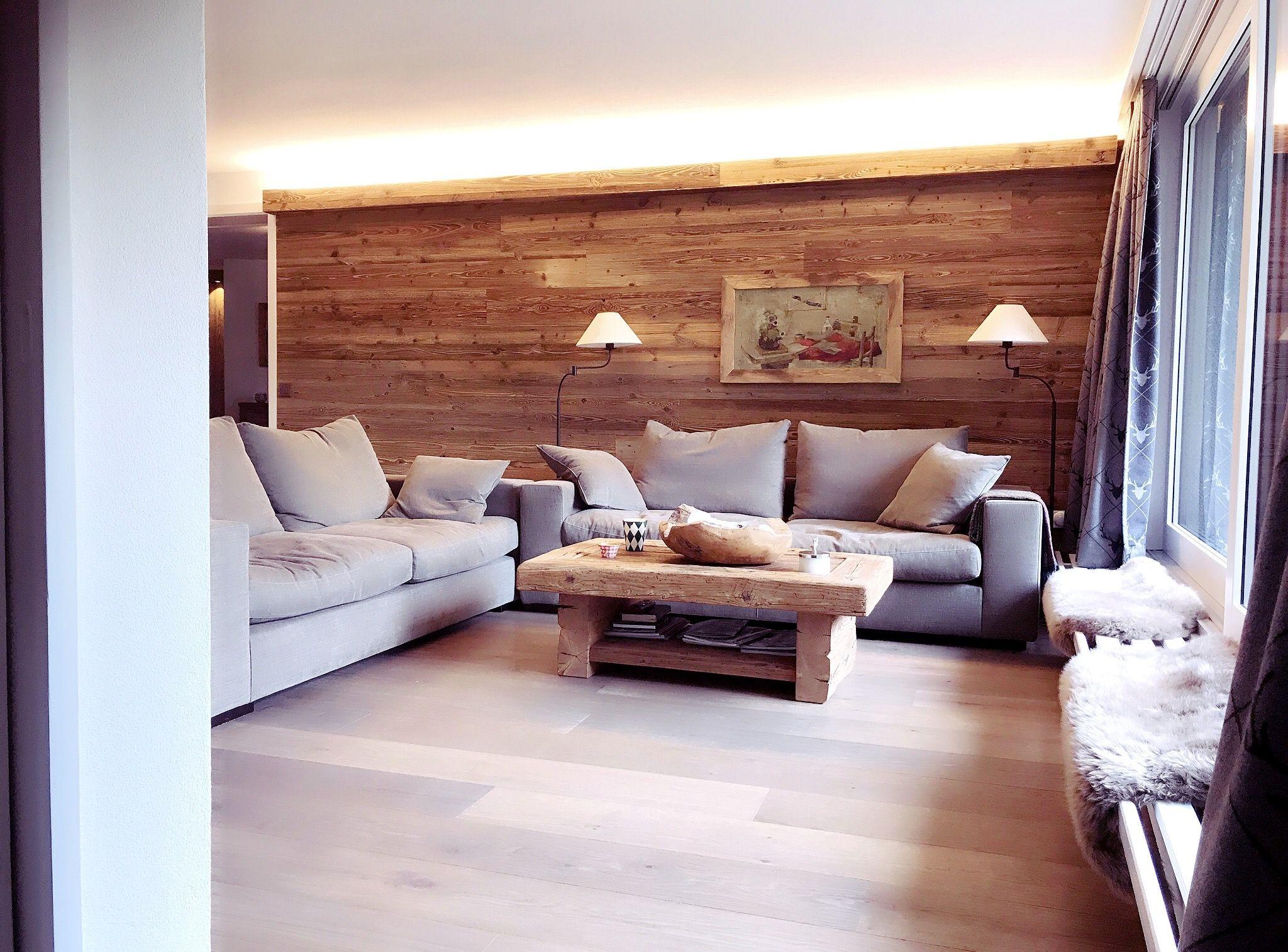 Wohnzimmer Im Alpinen Chic Altholz Sofatisch Altholzwand Sofa