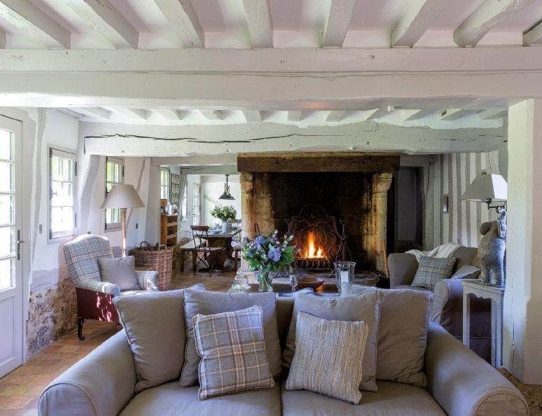 Un piccolo cottage del XIV secolo dal tipico tetto di paglia offre ...