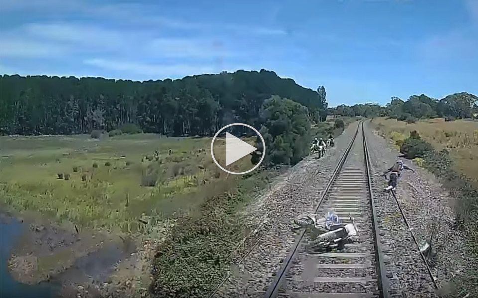 Derfor skal du ikke køre motorcykel på togskinnerne