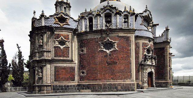 """CAPILLA DEL POCITO - MÉXICO D.F: """"Fue construido bajo las órdenes del arquitecto Francisco Guerrero y Torres, entre los años 1777 y 1791. En conjunto con elementos barrocos, que presentan dinamismo en su forma y línea, pero que en el fondo, representan una mezcla, tanto de lo traído de Europa, como lo propio del lugar y país donde se emplaza. Recibe este nombre debido a que se emplaza cercano a un manantial o pocito, donde el indio Diego tuvo la aparición de la Virgen del Guadalupe."""""""