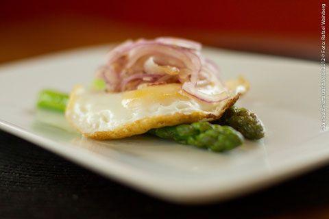 Citrino Bistrot (almoço)    Aspargos frescos com ovo Poché e cebola roxa