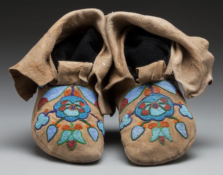 A PAIR OF NEZ PERCE BEADED HIDE MOCCASINS. c. 1910...