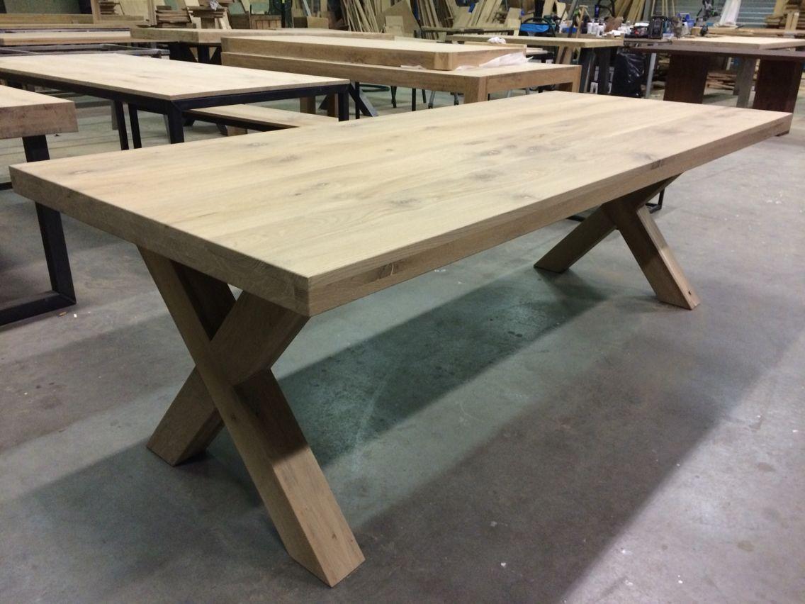 Massief eiken tafel met eiken kruispoten kaldenbach meubels