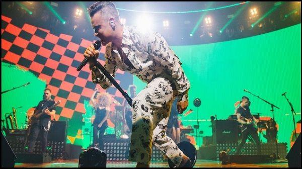 """El cantante británico, Robbie Williams, lanzará el 4 de noviembre próximo """"Heavy Entertainment Show"""", su nueva placa discográfica de estudio, y el corte promocional del mismo nombre ya se encuentra en plataformas de streaming.  Al pre ordenar el álbum, de manera instantánea se descargará el sencillo, se informó a través de un comunicado de prensa.  Este es el primer material que Williams lanzará a través de Sony Music, para dar continuidad a la racha de 11 álbumes en los primeros lugares…"""