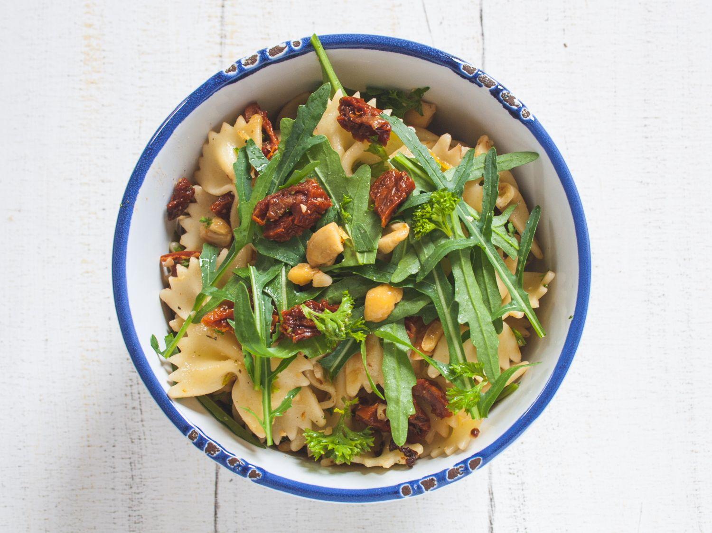 sommerlicher Nudelsalat mit Rucola, Cashews und getrockneten Tomaten | The Vegetarian Diaries