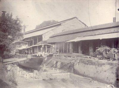 Dok van de N.V. De Nederlandsch-Indische Industrie, Fabriek van Stoom- en Andere Werktuigen aan de Kalimas te Soerabaja 1902-1907