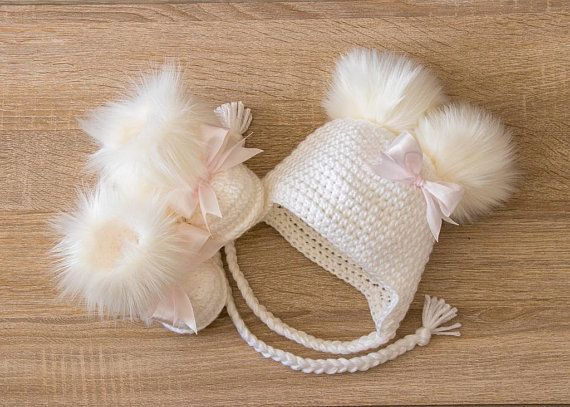 Photo of White Baby girl faux fur booties with bows and double pom hat, Crochet Baby girl clothes, Newborn girl outfit, Baby girl gift, Preemie girl