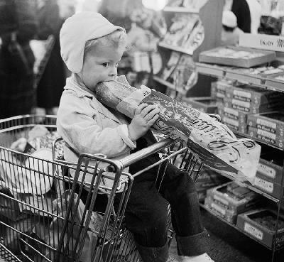 1956 - Francia, un bimbo mangia il pane © Bettmann/ Corbis