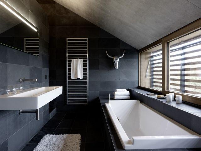 badezimmer-schiefergraue-fliesen-badewanne-dachschraege-badspiegel - modernes badezimmer designer badspiegel