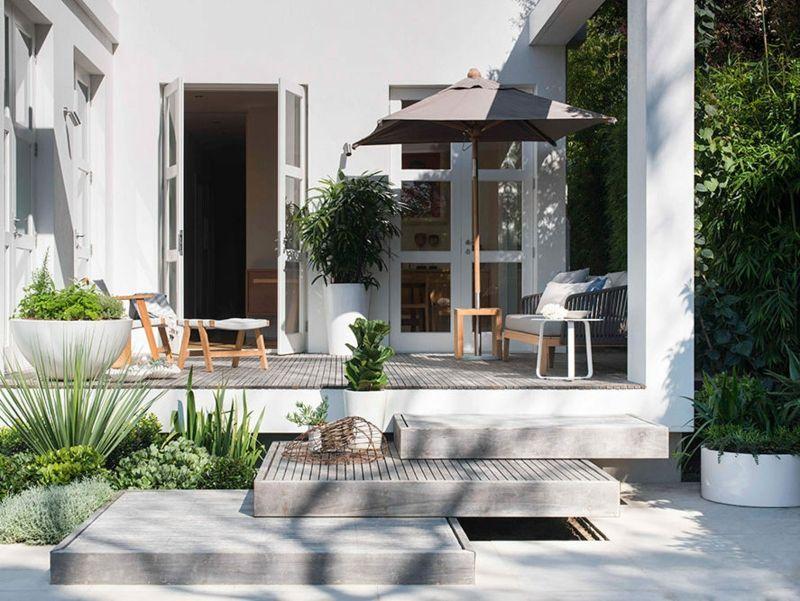Moderner Garten anlegen - zwei Pflanztöpfe mit verschiedener Form - moderne holzterrasse idee auseneinrichtung