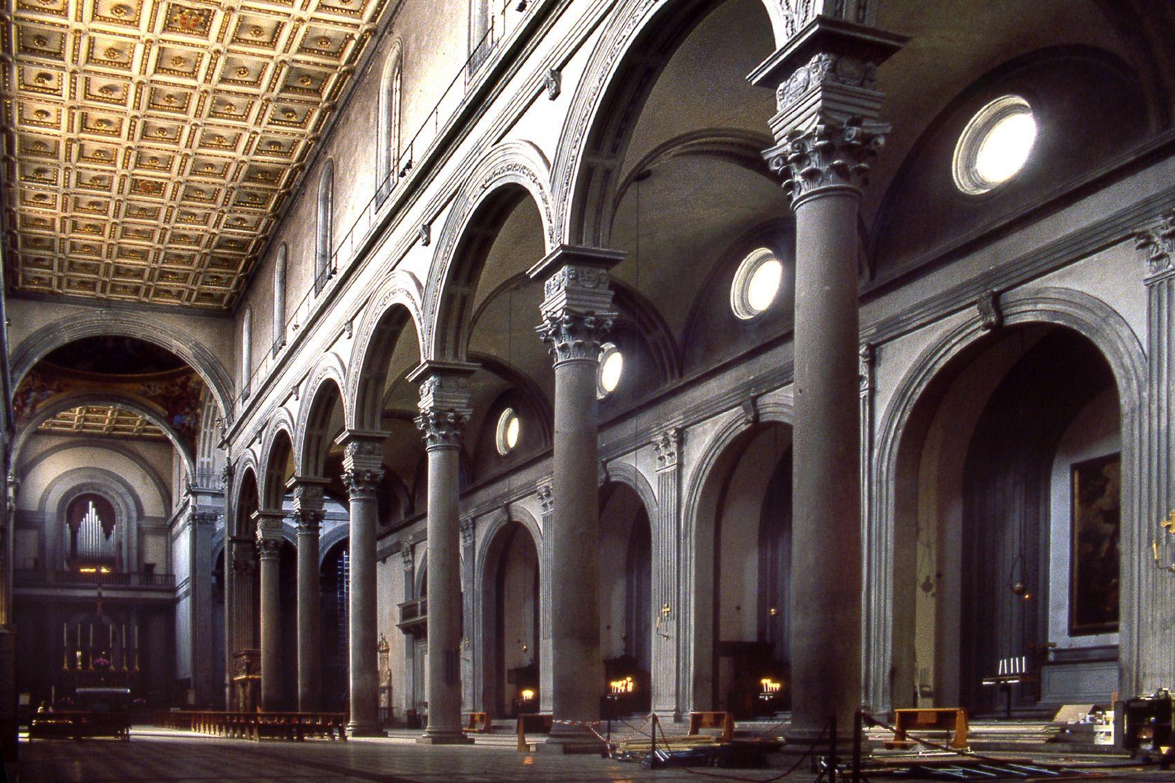 Filippo Brunelleschi, Basilica di San Lorenzo, dal 1418. Firenze. Veduta dell'interno verso la navata laterale destra.