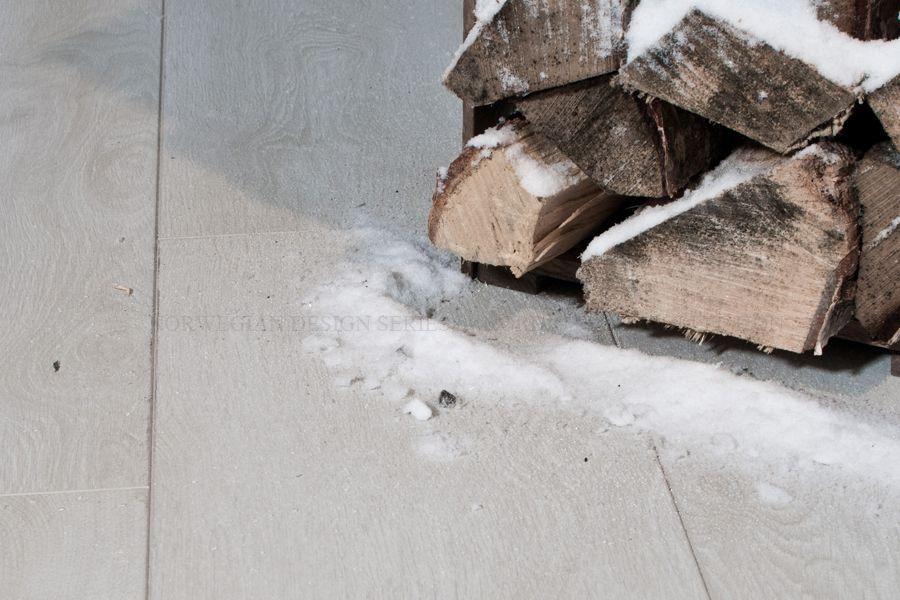 """Laminat """"White Winter"""" er inspirert av fjellbroen ved Rinde Fjellgard i hjertet av Telemark. Fargetonen på gulvet er både ren og elegant! Laminaten har en spesialutviklet overflate som gjør gulvet langt mer ekte og visuelt likt ekte tre som er kraftig pigmentert. """"White Winter"""" er faset på alle 4 sidene for å gi et destinkt uttrykk og skille mellom hvert enkelt bord. Laminatgulvet er hele 12mm tykt, og har en høytrykksimpregnert HDF-kjerne som tåler større grad av belastning og vannsøl."""