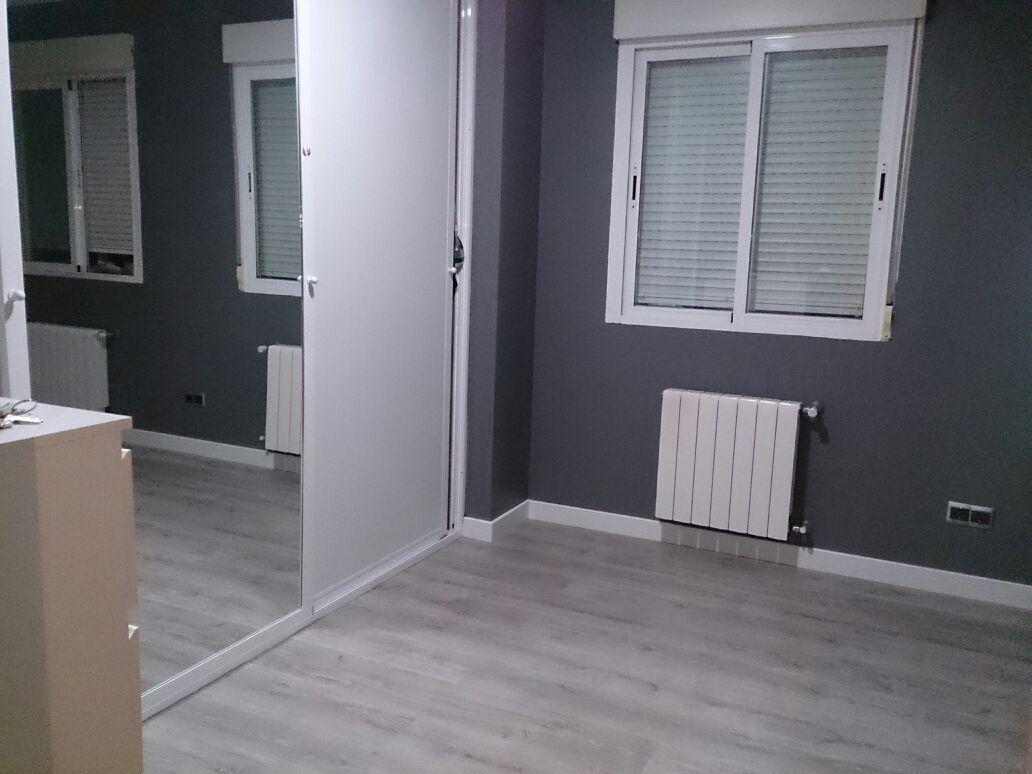 Suelo de pergo en color gris para un dormitorio. | Pisos | Pinterest ...