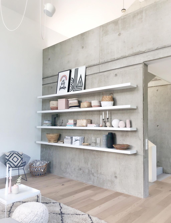 Unsere Sichtbeton-Wand! #sichtbeton#betonwand#beton#regal