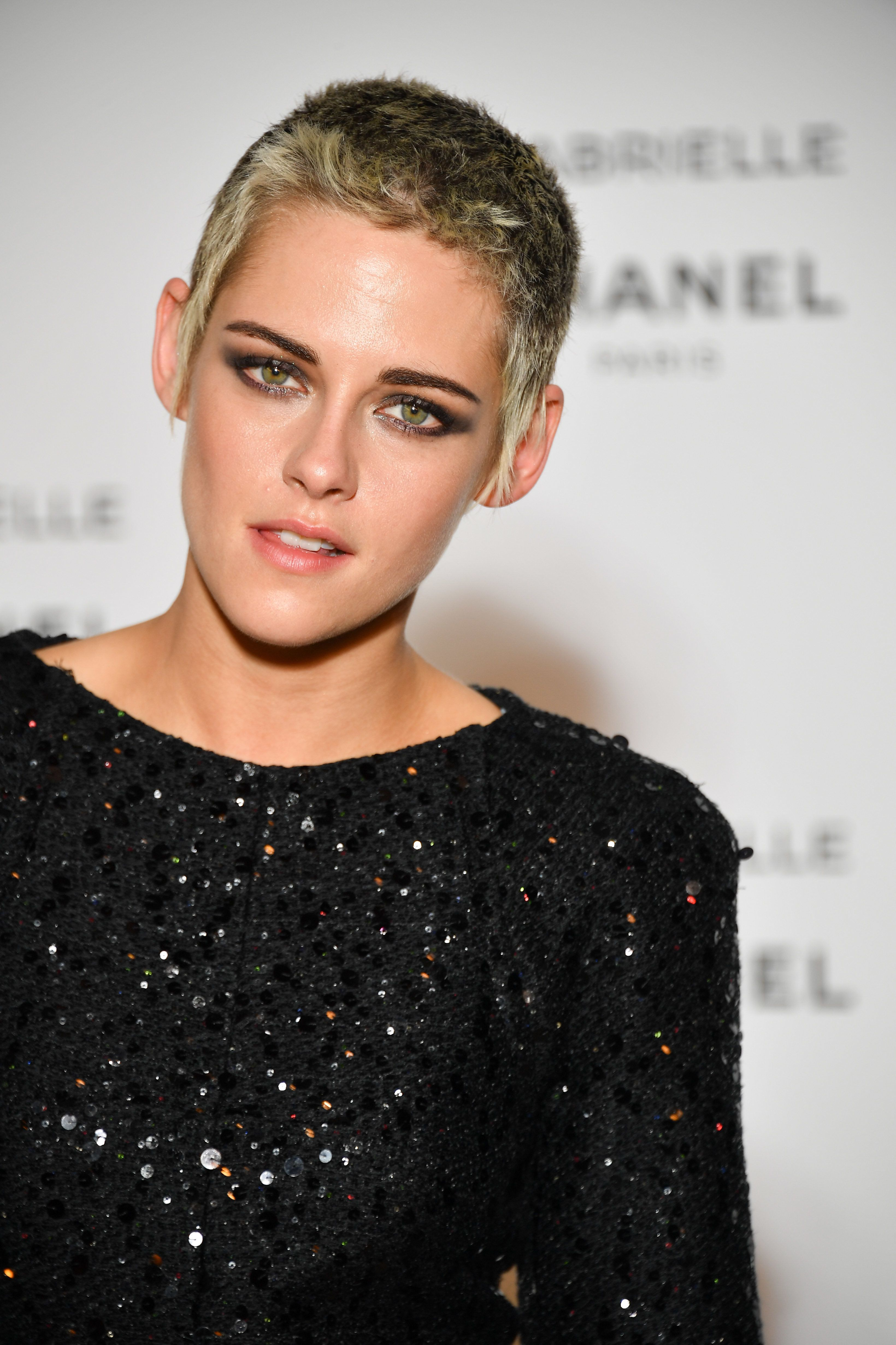Kristen Stewart Wears An Item Of Clothing That Defies Description Kristen Stewart Hair Short Punk Hair Punk Hair