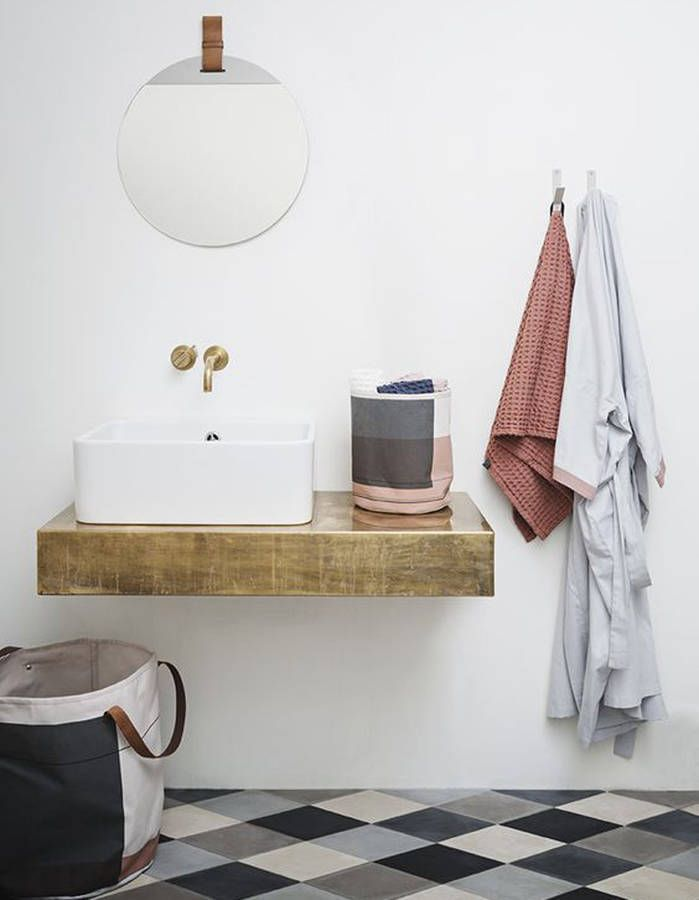 Une salle de bains qui mixe gris, bleu, blanc et noir avec justesse - salle de bain gris et bleu