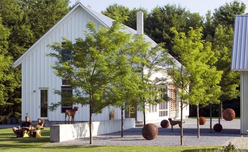Vorgarten mit hohen Laubbäumen und Cortenstahl-Deko landscape
