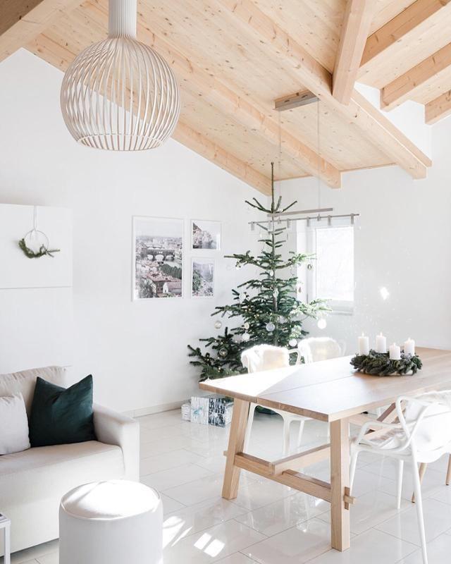 Offene Balkendecke Im Haus? Wunderschön! #neubau #offen #dachbalken  #interior #esszimmer #wohnzimmer #wandgestaltung #weißer #boden #holz  #weihnachtsbaum