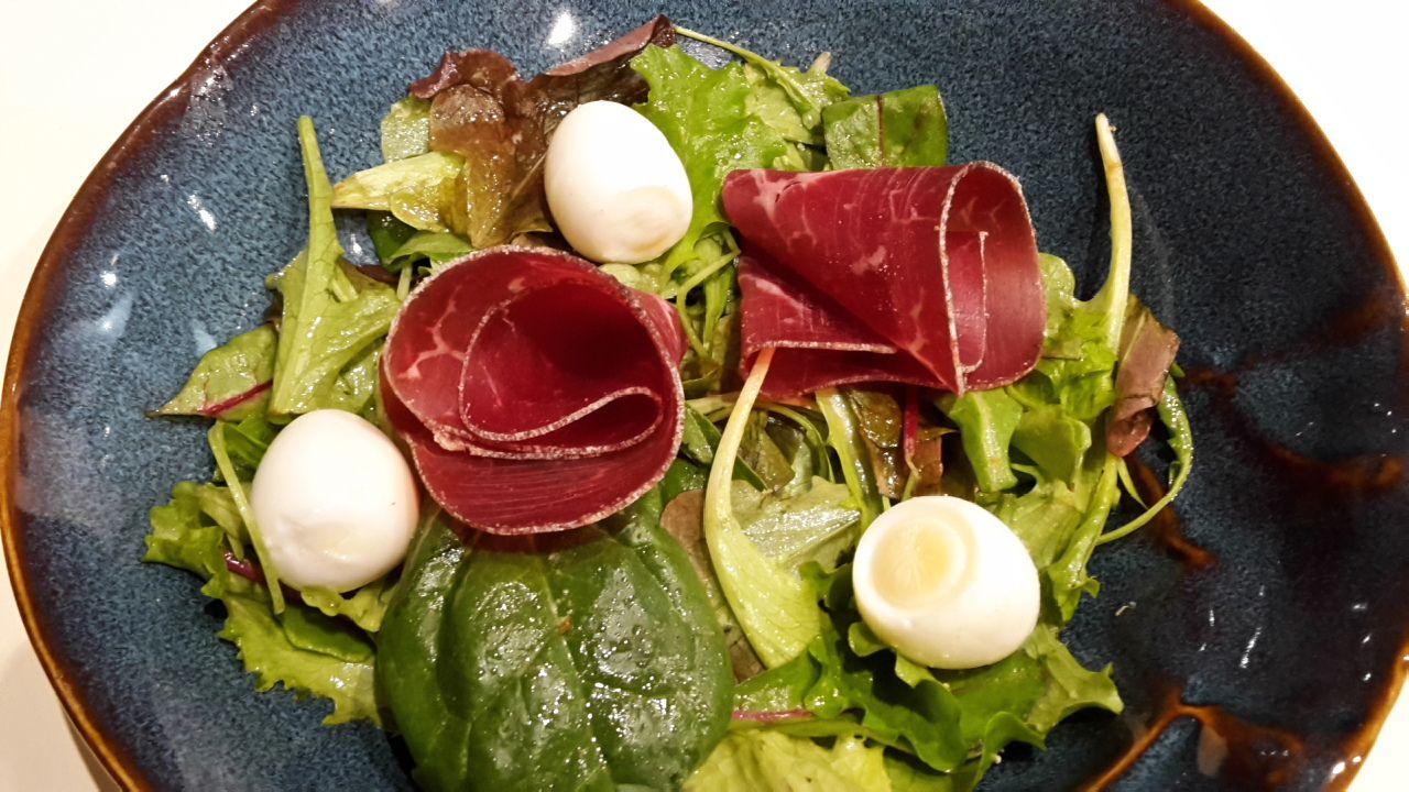 Salade festive aux œufs de caille Maigrir 2000 : salade très facile et rapide pour une entrée d'invitation. cette recette vous est proposée par les nutritionnistes du réseau Maigrir 2000.
