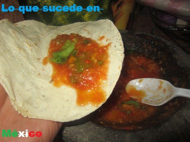 Taco de salsa hecha en molcajete