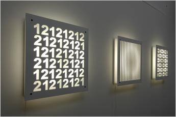 Lumikum von Marcel Ruchti ist Leuchte und Gestaltungselement in einem. Das Deckblatt gibt es in verschiedenen Motiven, individuell gestaltet, auch mit Firmenlogo. Die Rundröhre mit 55Watt kann stufenlos gedimmt werden. #sustainability#interiordesign#wohnaccessoires#wandobjekt#swissmade www.wohn-punkt.ch
