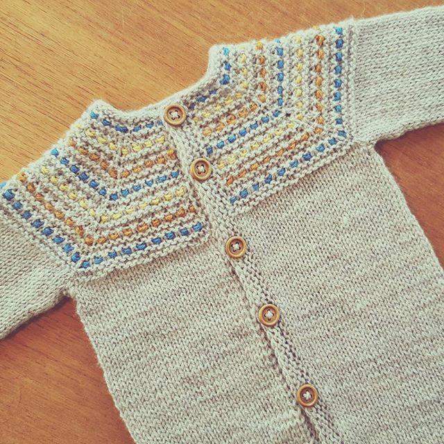 #livlagajakke #picklesoslo #abuelita4ply #vevstrikk #babystrikk #barnestrikk #knitforkids #knitinspo123 #knitting_inspiration #knittersoftheworld