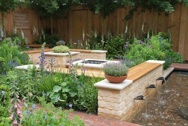 Gartengestaltung Holz Sitzbänke Wasserspiele Kies Teich Stauden