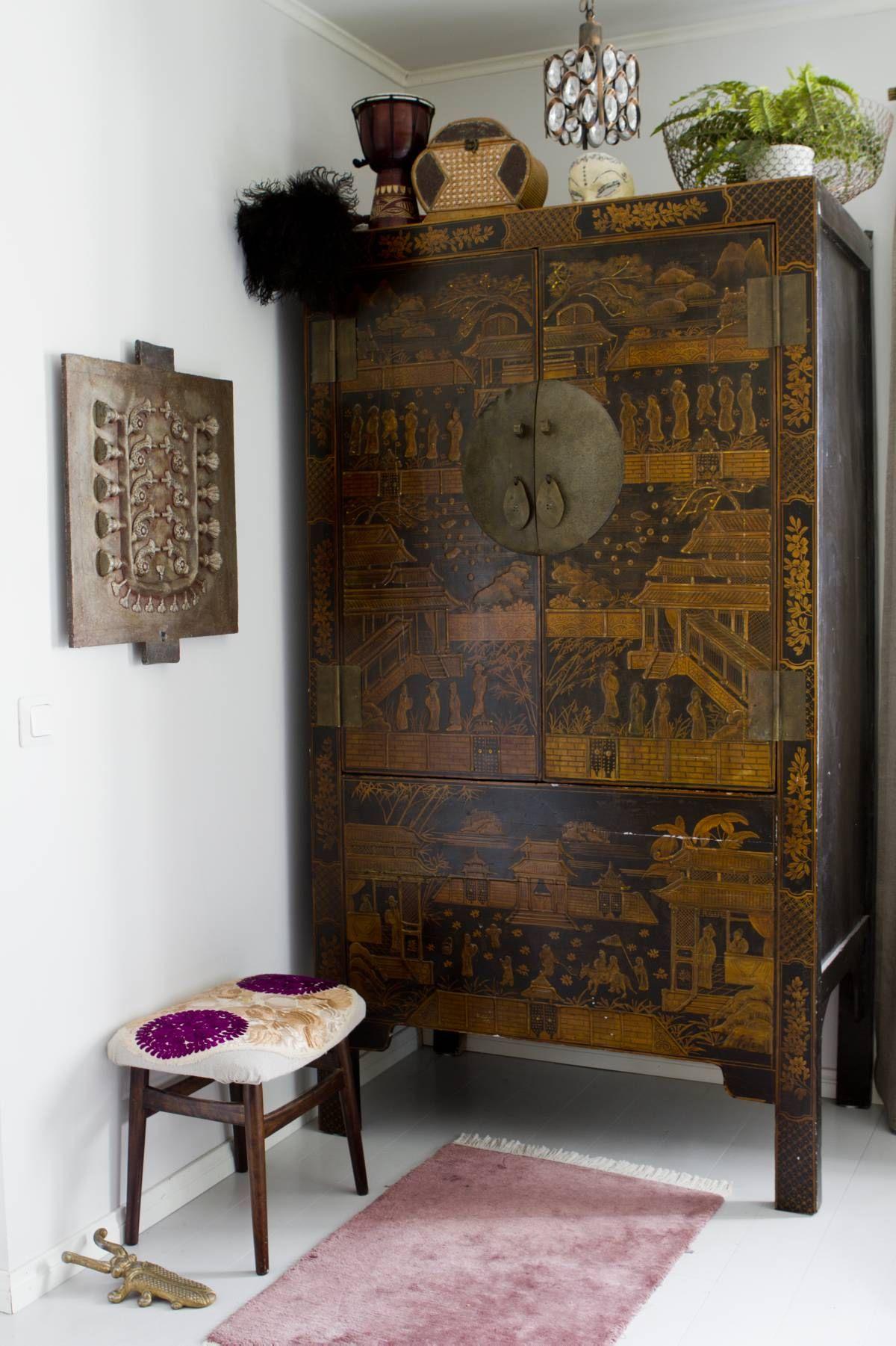 Kiinalainen kaappi on kodin rakkain huonekalu. Sen pinta on kuvioitu erilaisilla kuvilla, ornamenteilla ja kasvoilla. Sarion lampputehtaan huutokaupasta löytynyt muotti on Marjon ensimmäinen huutokauppaostos.