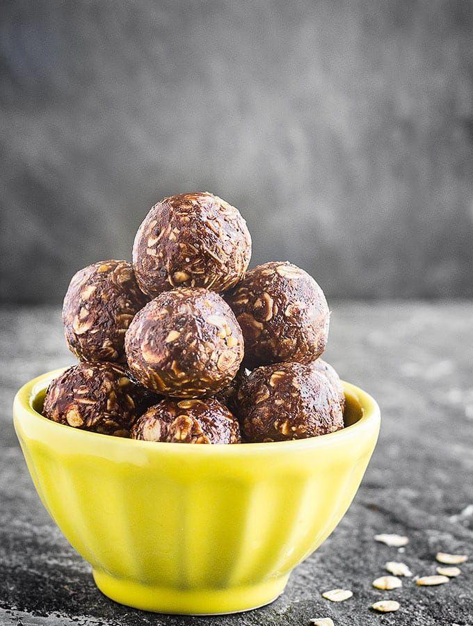 No-Bake Chokolade Peanut Butter Energy Bites - en hurtig, sund og super nemt snack på farten.