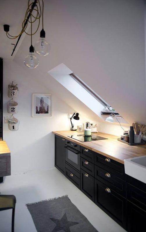 dunkles Holzfurnier weiße Arbeitsplatte und Oberschränke