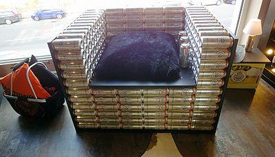 Designer-Sessel aus alten Bierdosen, gesehen in Ausstellung PLANA Küchenland in Nürnberg.