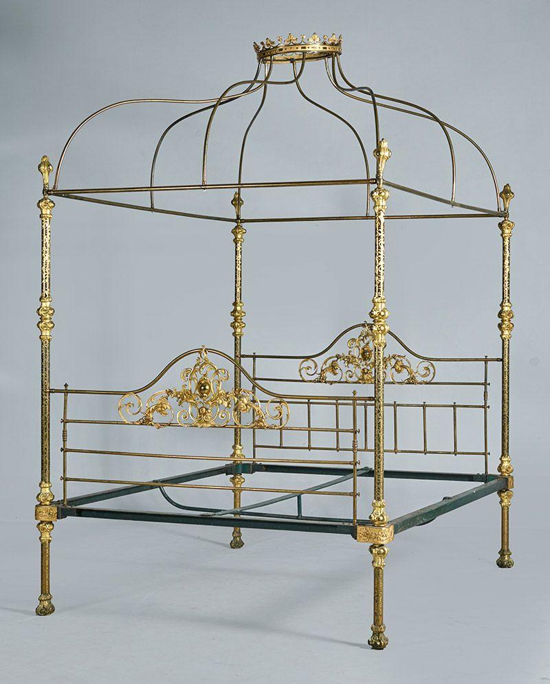 Cama en bronce y latón. Con baldaquino mostrando corona, S. XIX ...