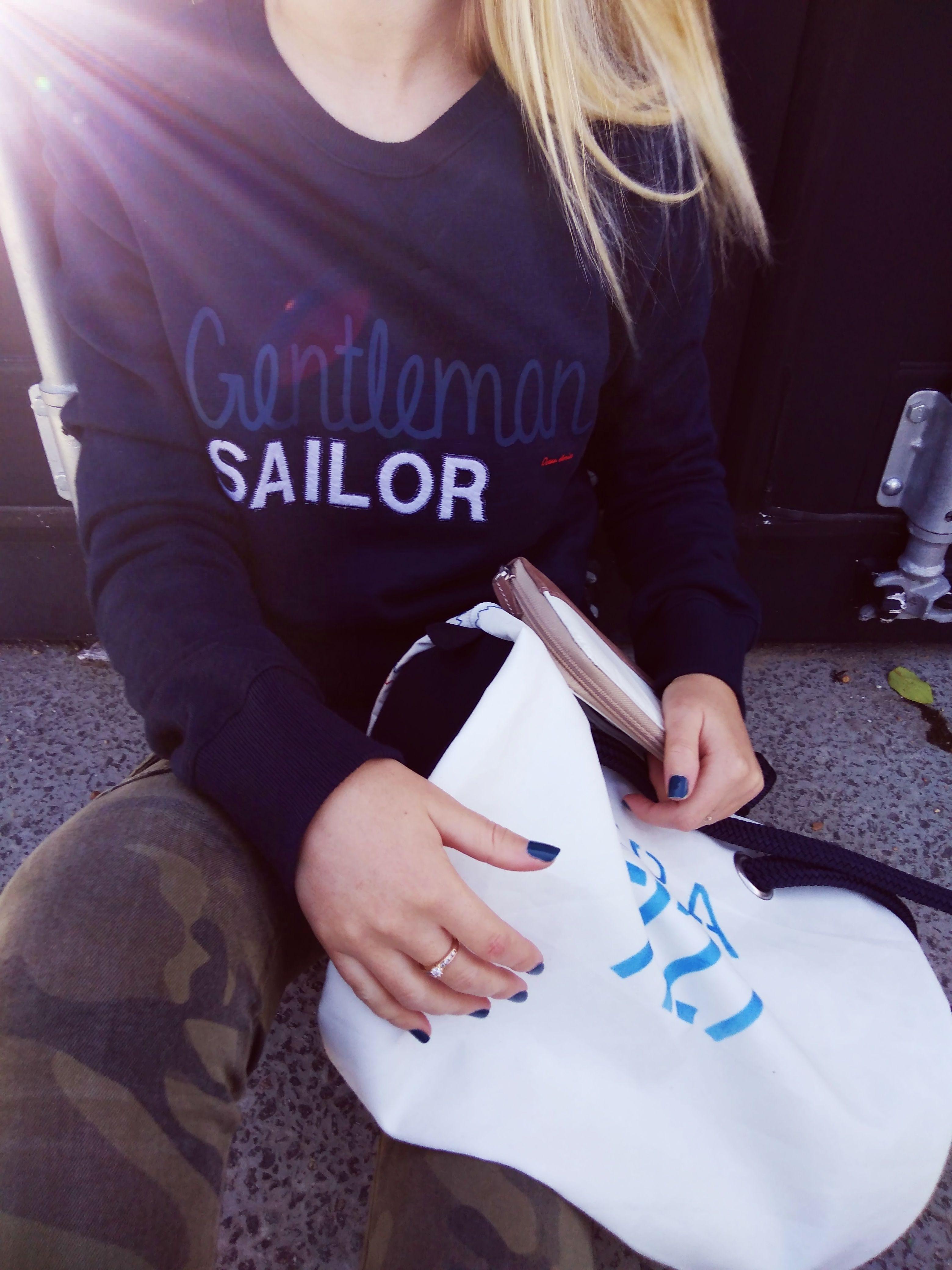 Le sweat Gentleman Sailor pour homme porté par un femme => découvrez tous les sweats 727Sailbags https://www.727sailbags.com/fr/9483-sweats-