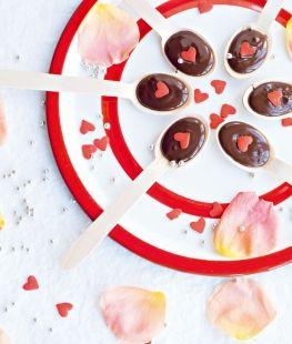 Cuillères au chocolat et à la framboise extrait de Fêtes maison | Éditions Hachette Cuisine