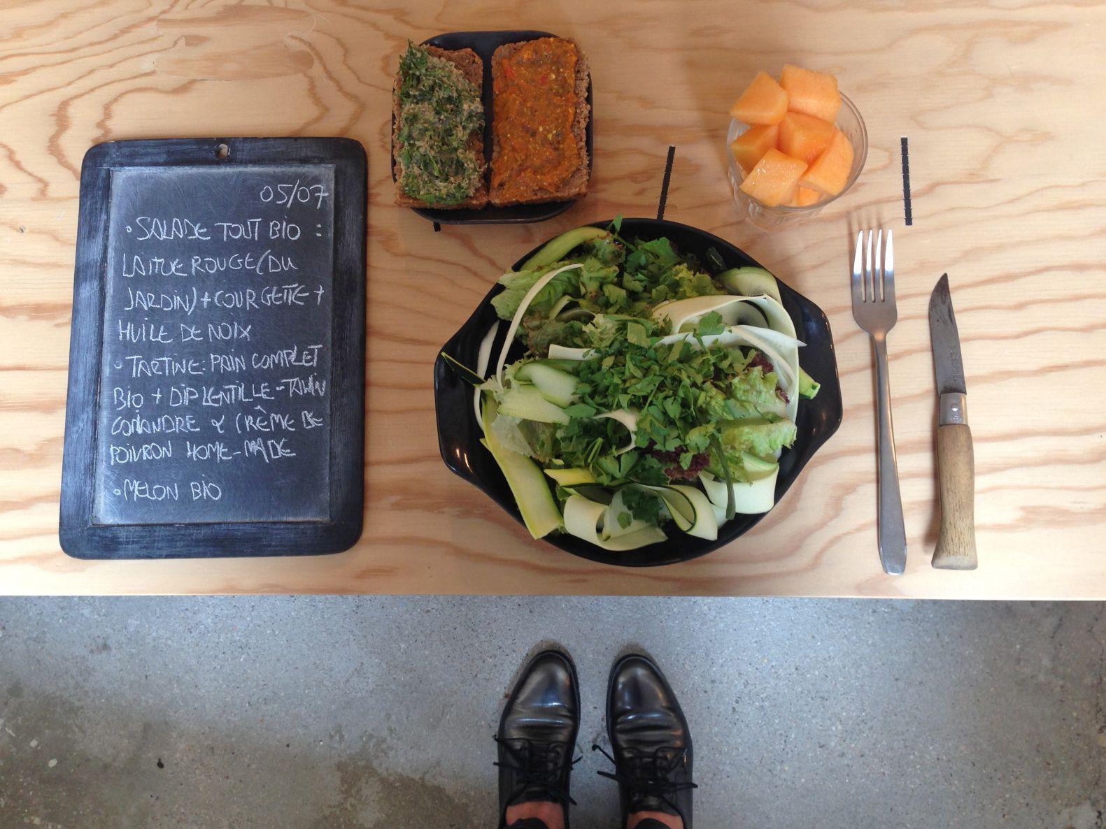 BENTO DU JOUR 05/07/2016 : Salade tout bio : Laitue rouge (du jardin) + courgettes + huile de noix - Tartines tout bio : pain complet + dil lentille-tahin-coriandre & crème de poivron home-made - Melon bio
