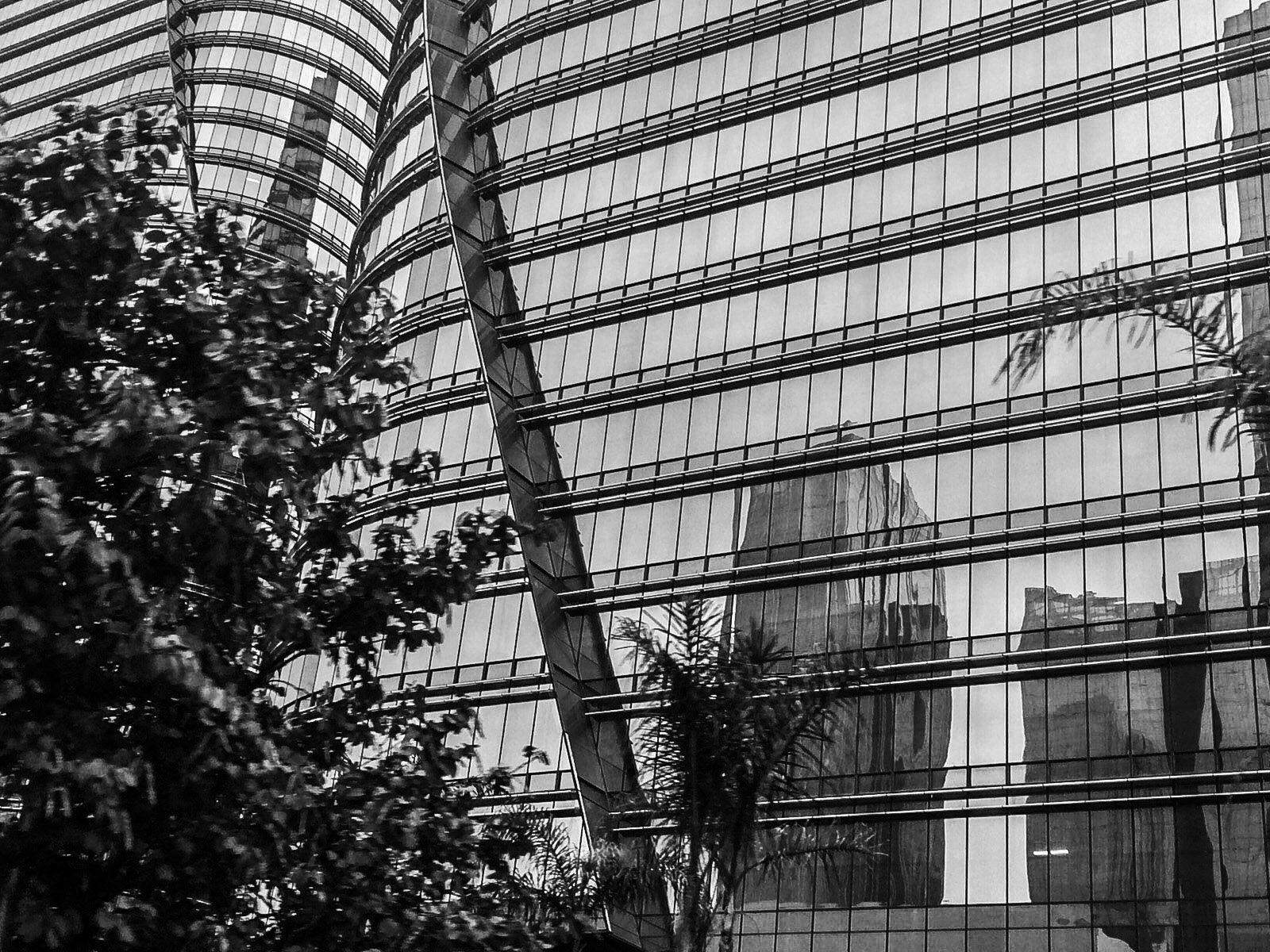Foto do espelhamento do prédio da Av. Chedid Jafet