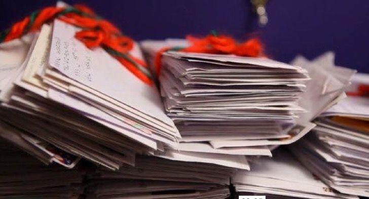 Cada año reciben miles de cartas para Santa accidentalmente. Responden todas y cada una de ellas