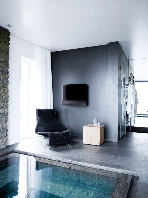 Rinc n con paredes grises architerture casas modernas for Diseno de casas con piscina interior