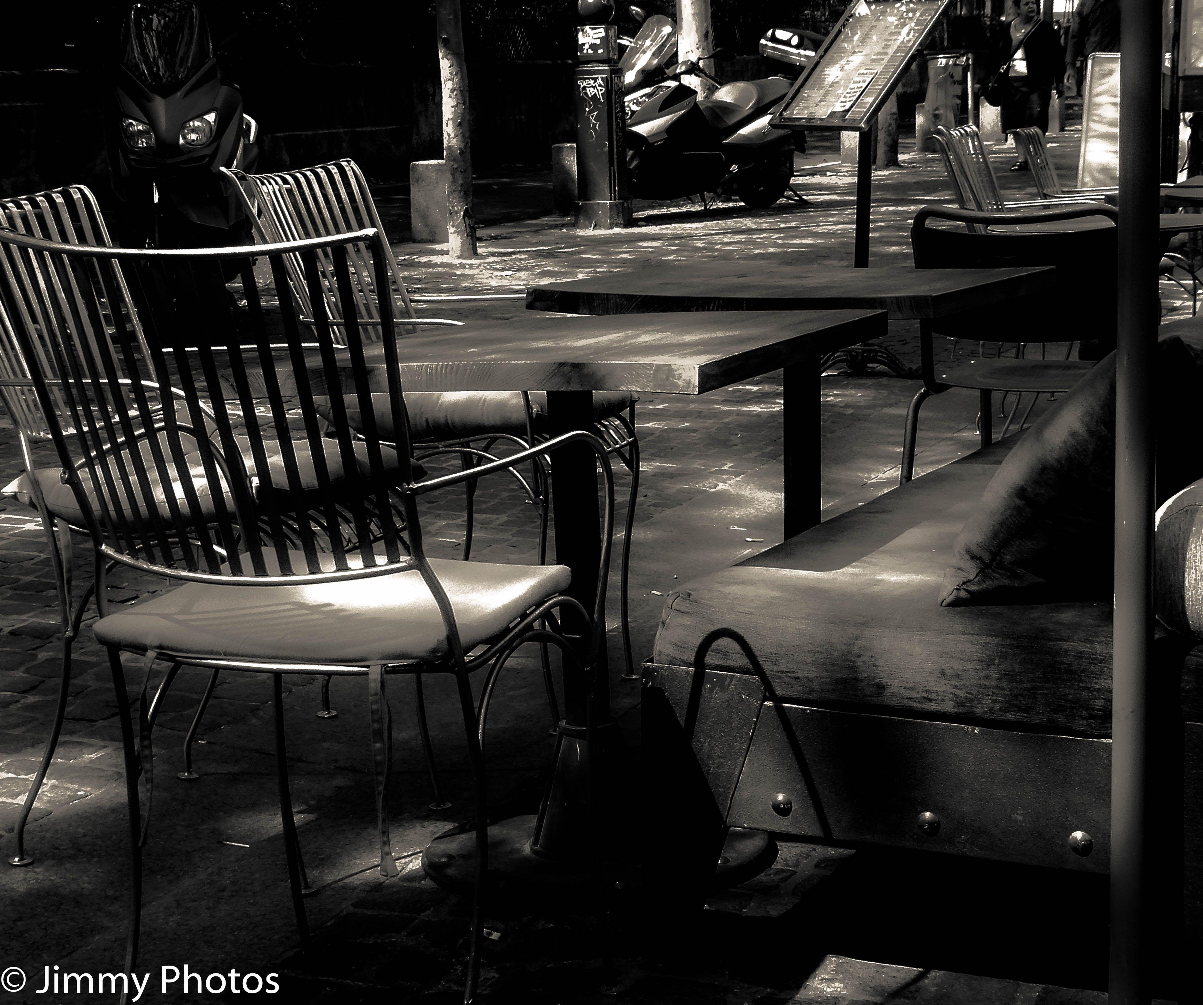 Version noir et blanc : #Paris - Terrasse de café -- #Bar #