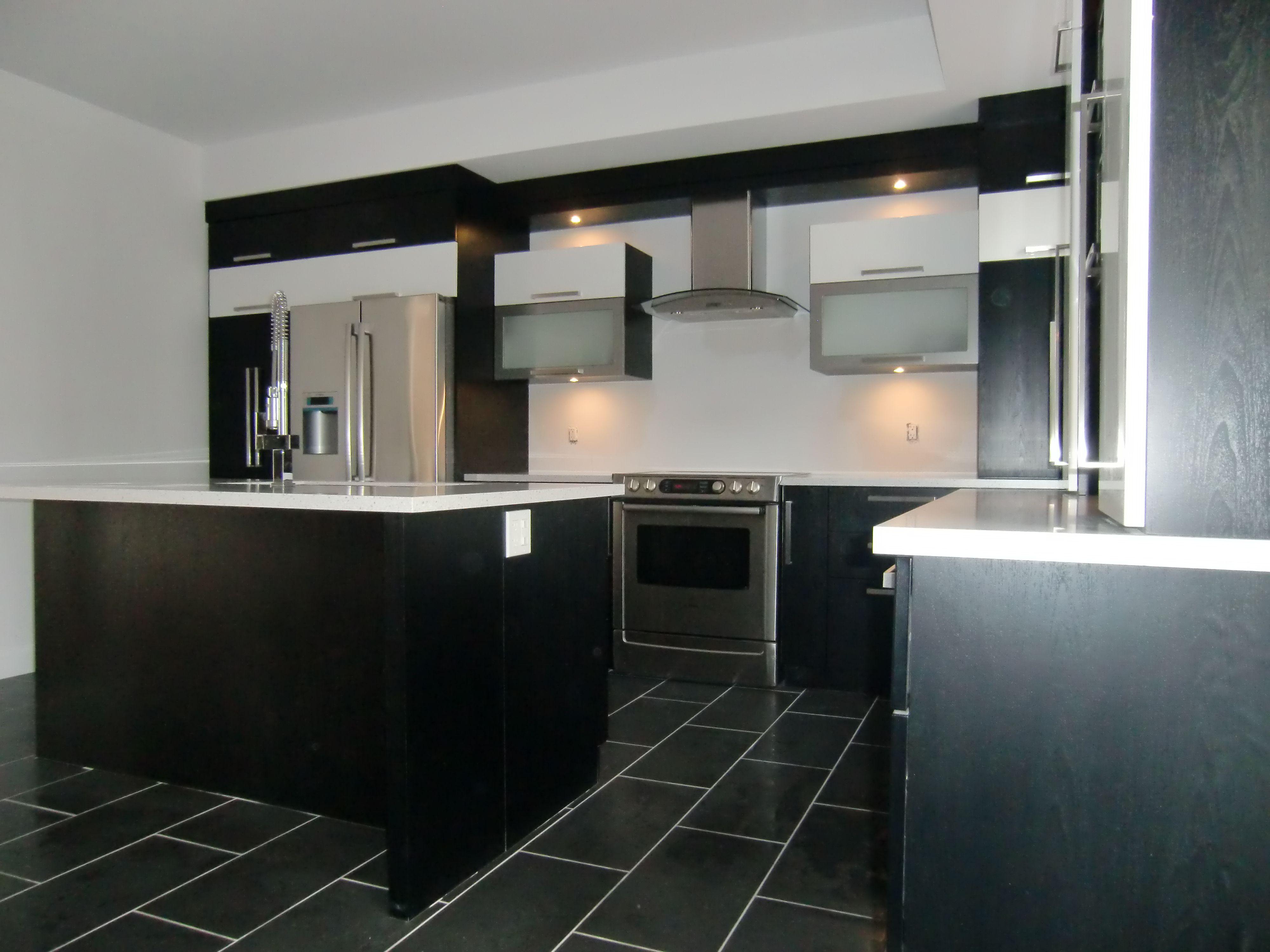 Armoire de cuisine moderne en thermoplastique couleur noir - Cuisine design noir et blanche ...