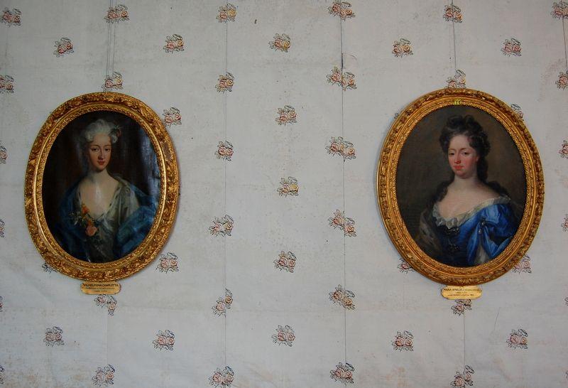 Pin By Mona Mae On Backgrounds: Här Syns Den Blekta Och Slitna Orginaltapeten Från 1770