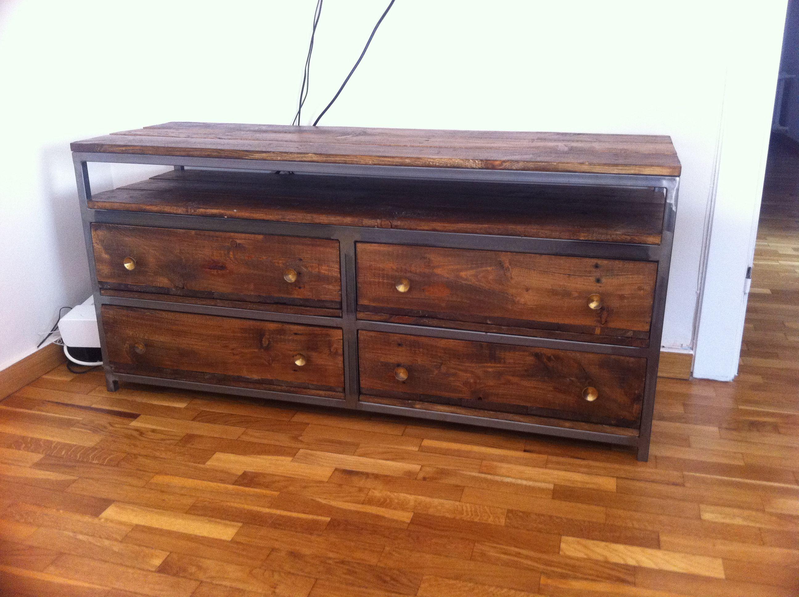 Mueble para tv con estructura de hierro y madera de for Muebles de hierro y madera