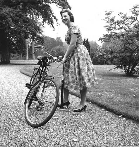 Ook al ben je Prinses als je band zacht is moet je zelf hem oppompen :) Beatrix thuis op Drakestein. 26-03-1963