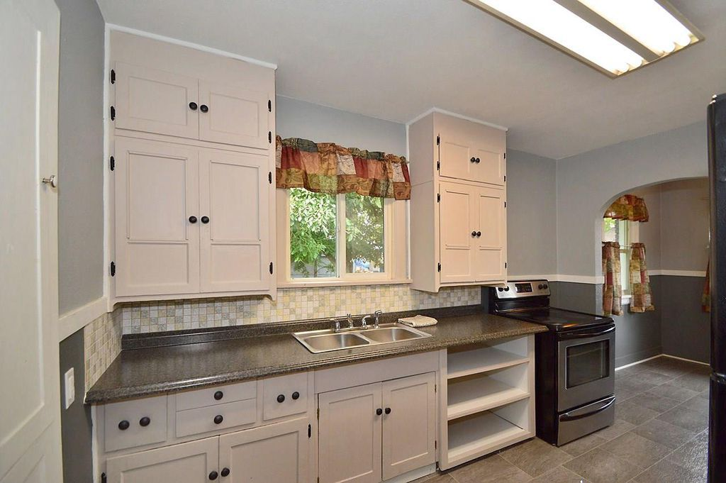 Traditional Kitchen With Deep Smoky Pearl Solid Surface Countertop
