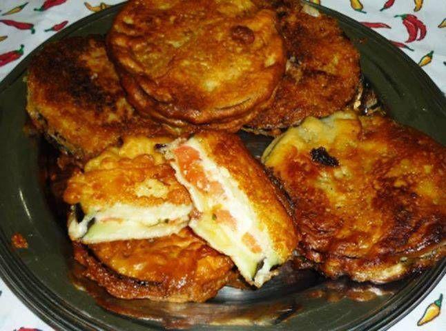 Ingredientes  2 berinjelas grandes 300g de mussarela 3 tomates firmes sal agosto pimenta do reino a gosto orégano a gosto óleo para fritar Cobertura Para empanar: 3 ovos
