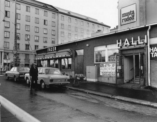 1981 . Pengerkatu 39 (Kinaporinkatu 11). Hallin sisäänkäynti, Fazerin kahvila, taustalla Hämeentie 37, 35.