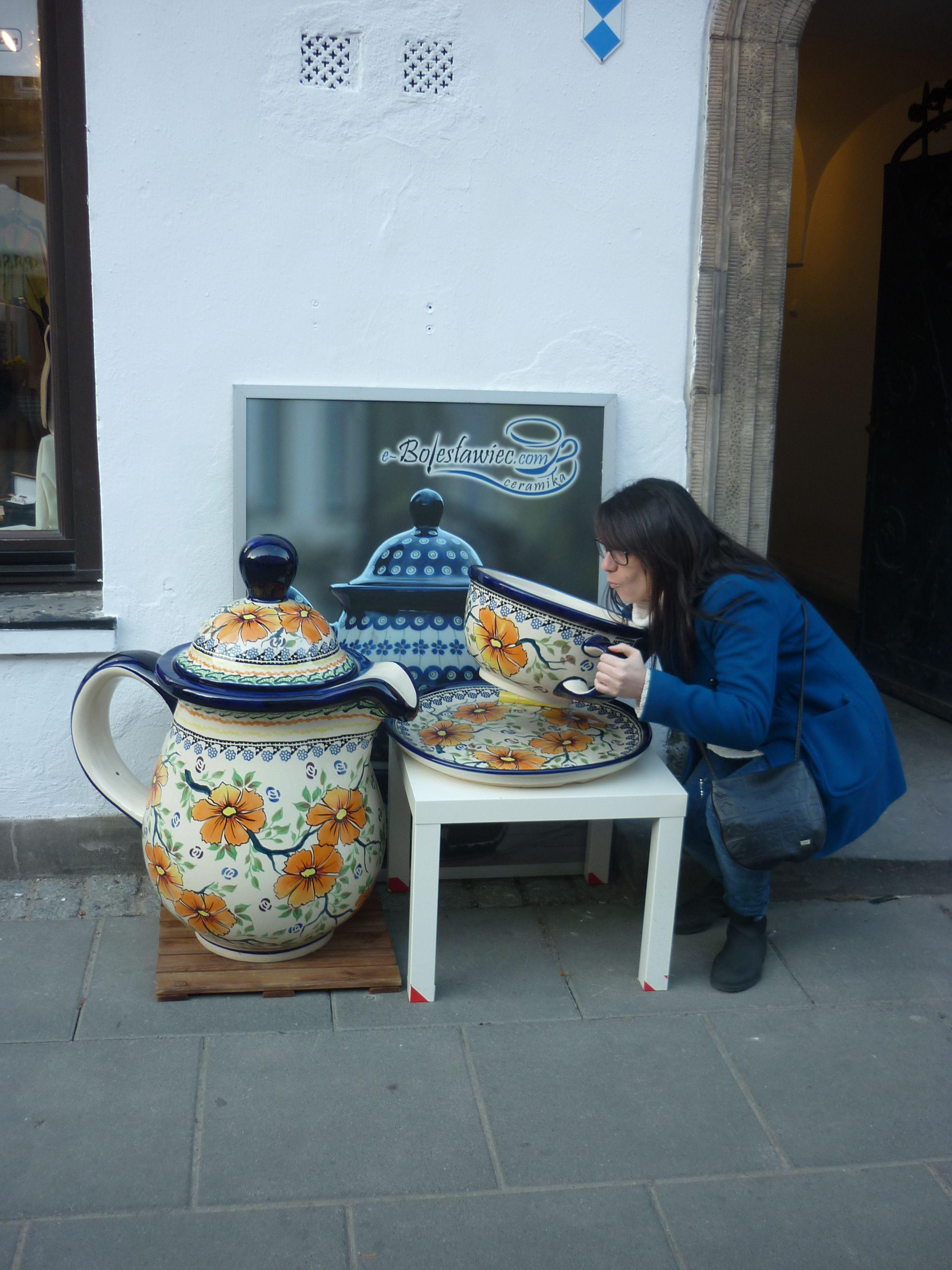Victoria en Varsovia con su tacita de café